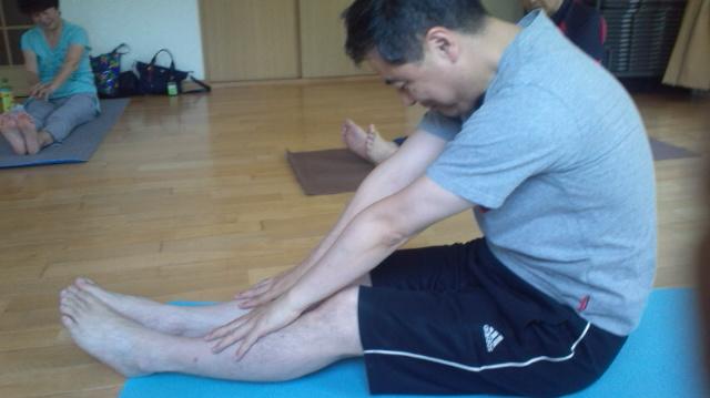 体がほぐれる指ヨガ前屈のポーズの変化